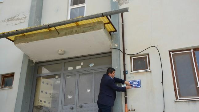 """Başkan Sarı: """"Deprem Evlerimizin blok ve dış kapı tabelalarını yeniliyoruz"""""""