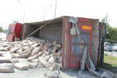 Dinar İlçesinde Çimento Yüklü Tır Devrildi